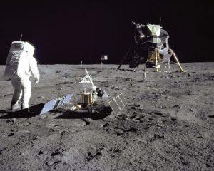 En la superficie lunar.